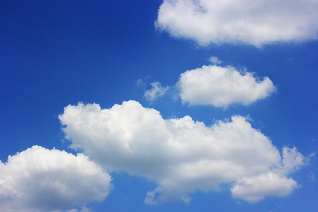 Blå himmel med vita moln.