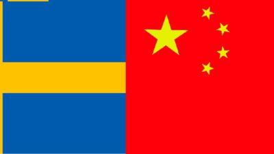 En svensk flagga bredvid en kinesisk flagga.