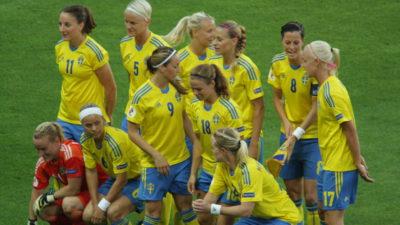 Svenska damlandslaget ihop på fotbollsplanen.