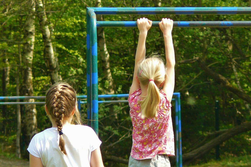 En flicka leker på en lekplats.
