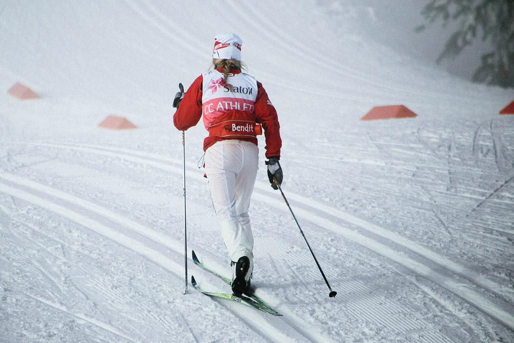 Therese Johaug i skidspåret påväg bort.