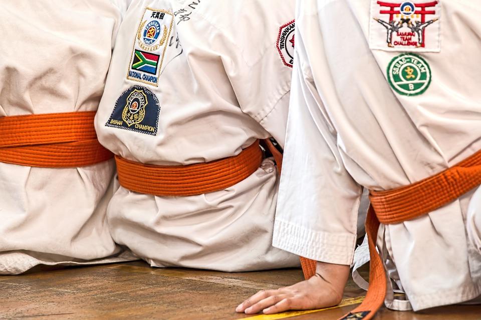Barn klädda i kampsportdräkter.