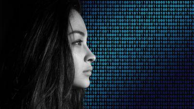 En kvinnas ansikte mot bakgrund av binära siffror.