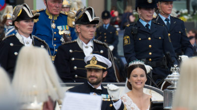 Prins Carl Philip och Prinsessan Sofia sitter i en vagn precis när de gift sig.