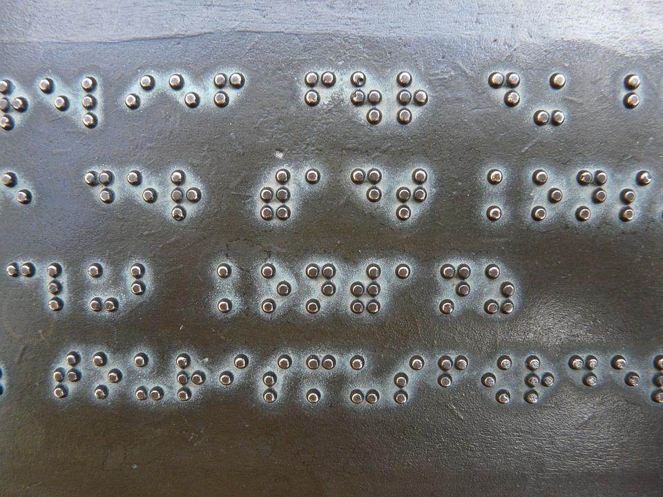 Punktskrift på metall.