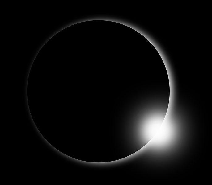 Månen har skymt det mesta av solen och bara en svag strimma ljus lyser förbi månen.