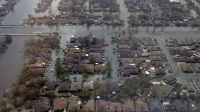 Massa hus som är översvämmade med vatten.