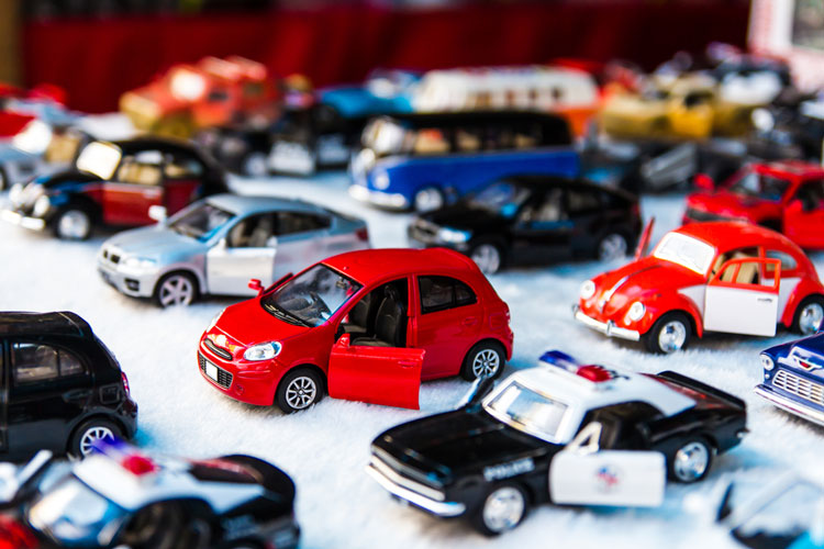 Många leksaksbilar som står tillsammans.