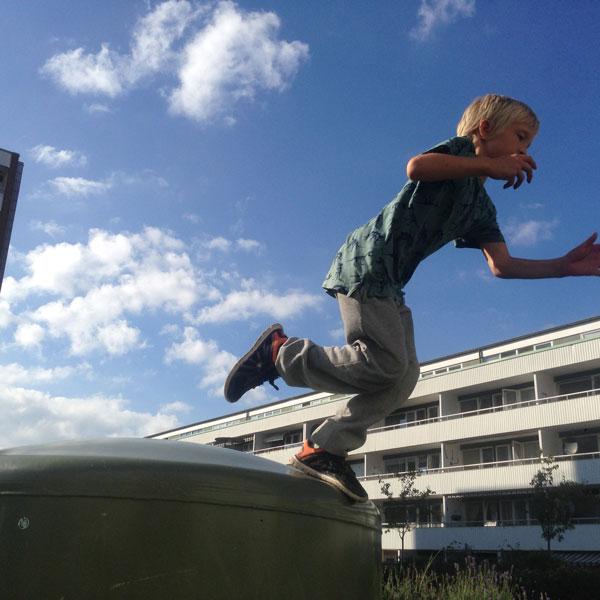 En pojke som utövar Parkour