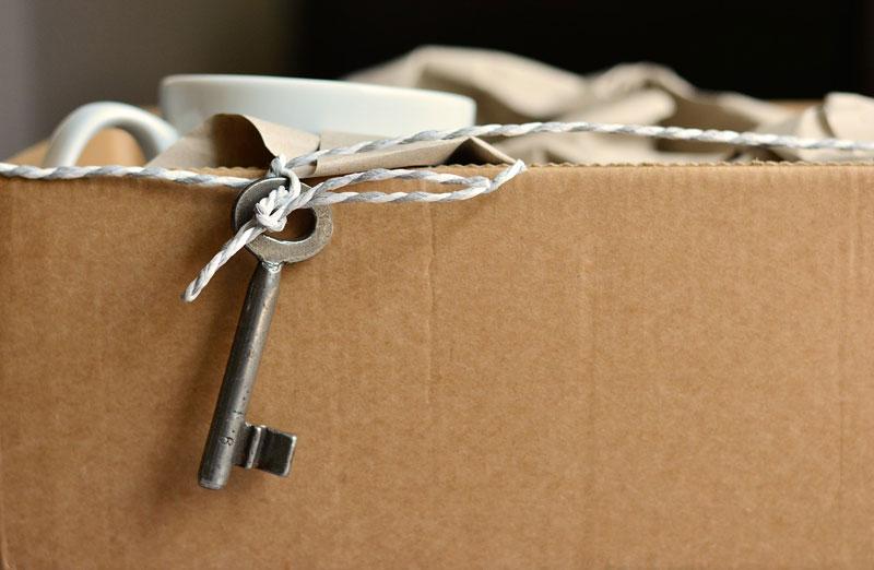 En nyckel som hänger på en flyttlåda