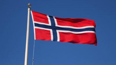 Norska flaggan. Den är röd, med ett blått och vitt kors.