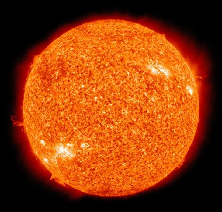 Solen på nära håll. Den är orange och ojämn och det går att se små ljusexplosioner runt den.