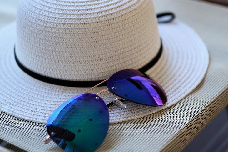 En stråhatt och ett par solglasögon.
