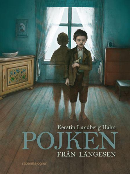 Bild på bokomslaget. En pojke står på ett trägolv med ett fönster bakom sig. Han har gammeldags kläder, bland annat bruna knäbyxor.