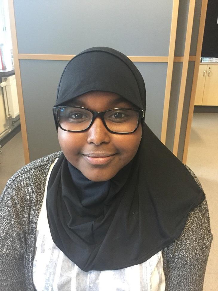 Sadia. Hon har svarta fyrkantiga glasögon och svart slöja.