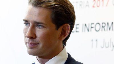 Sebastian Kurz. Han har blont hår som ligger bakåt och blåa ögon. Han ser ung ut. Han har kostym på sig.