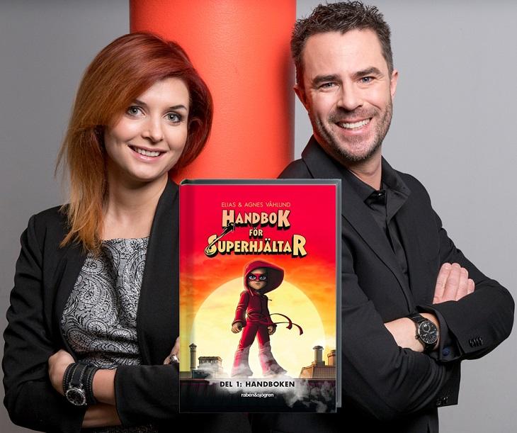 Agnes står till vänster och Elias till höger. De lutar sig mot en röd pelare. De har svarta kläder på sig. I mitten är framsidan på boken inklippt. Den är0 röd med en flicka i röda kläder och mask.