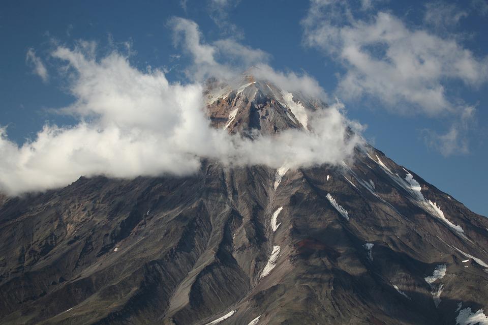 En vulkan med ett rökmoln runt toppen