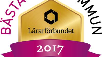 """En logga med en guldiga skylt där det står """"Lärarförbundet 2017"""". Ovanför står det """"Bästa skolkommun"""" i stora bokstäver."""