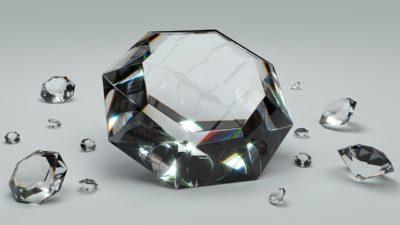En stor diamant och flera små. De är genomskinliga och gnistrar i ljuset.