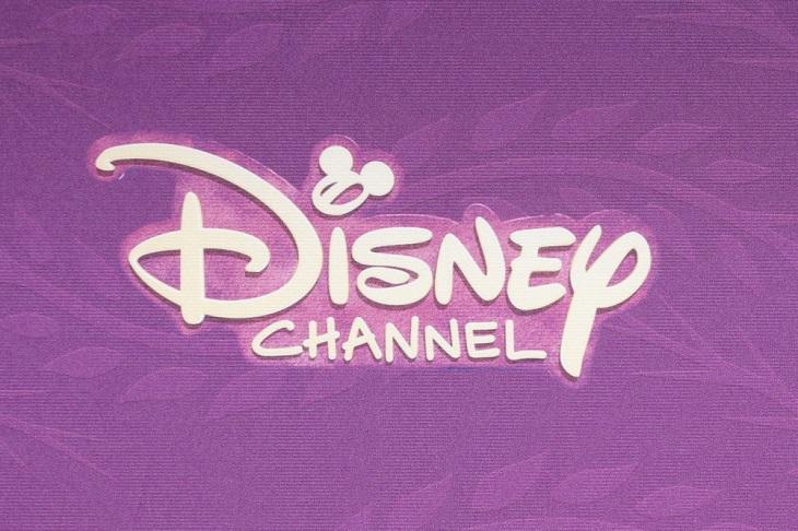 """Det står """"Disney channel"""" mot en lila bakgrund med vit lekfull text. I:ets prick är ett musse pigg-huvud."""