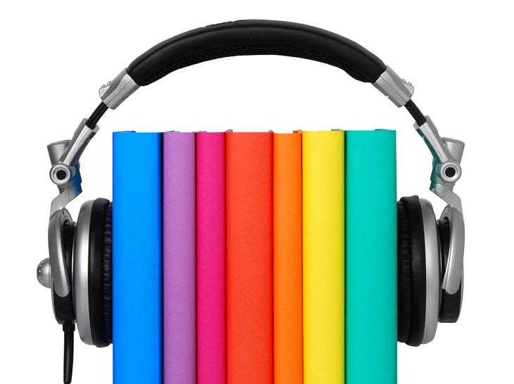 Några böcker i glada färger står i rad. Runt böckerna sitter ett par hörlurar.