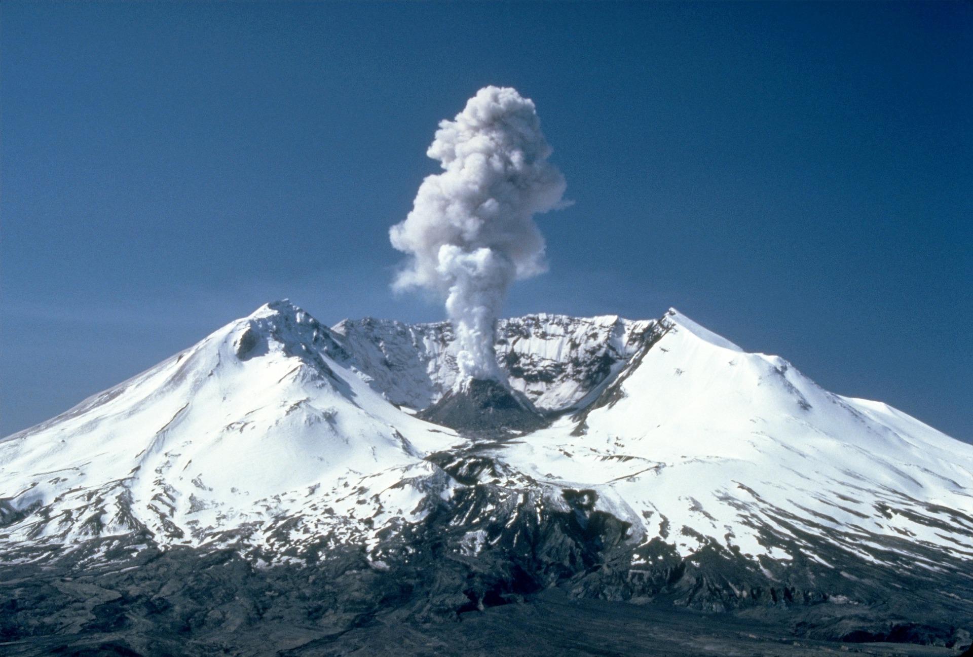 En vulkankrater med rök som stiger ur den