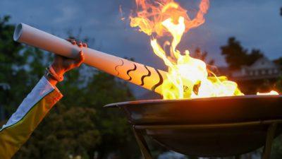En vit fackla tänds i en skål med eld.