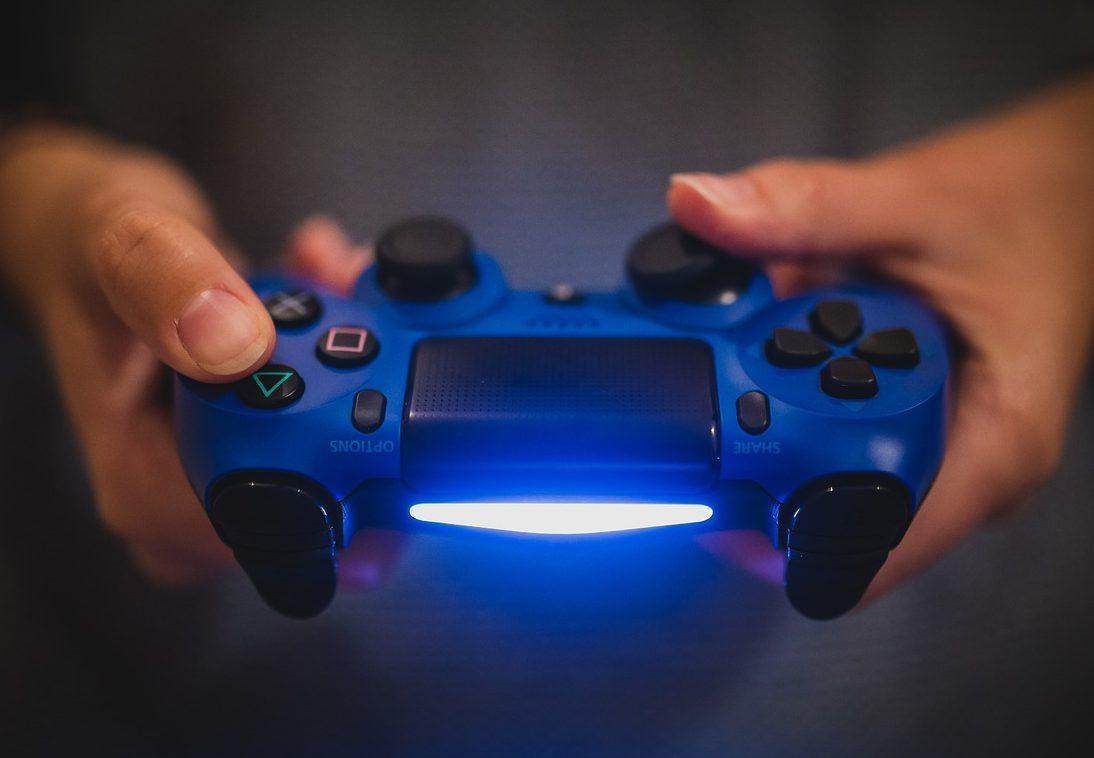 En blå spelkontroll