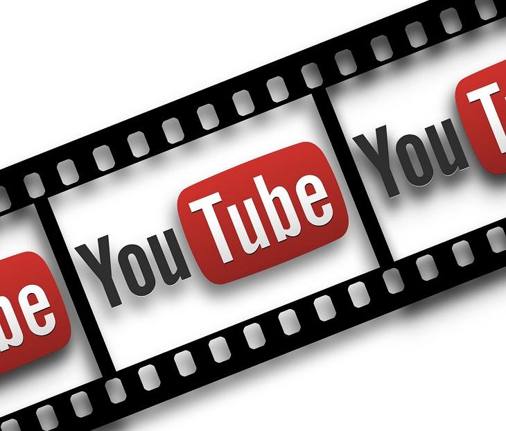 """En filmstrip går snett över bilden. I varje ruta syns Youtubes logga. Den säger Youtube med en röd fyrkant runt """"Tube""""."""