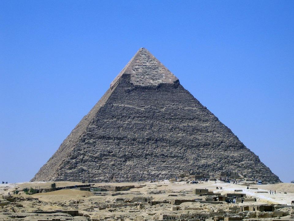 Den största pyramiden som heter Cheopspyramiden.