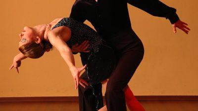 Ett par som dansar dansen ballroom.