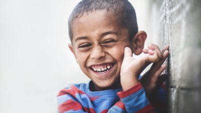 En pojke med ett stort leende.