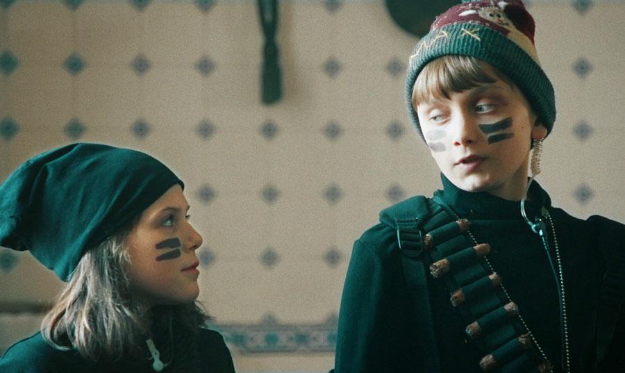 Asrin (Monna Orraryd) och Max (Vincent Wettergren)