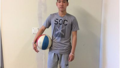 Mutuki Cortejo Jumawan med en basketboll under armen.