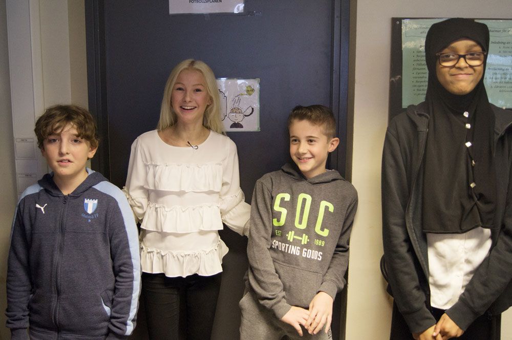 Här står Minireportrarna tillsammans med Nathalie Danielsson som de har intervjuat och skrivit om.