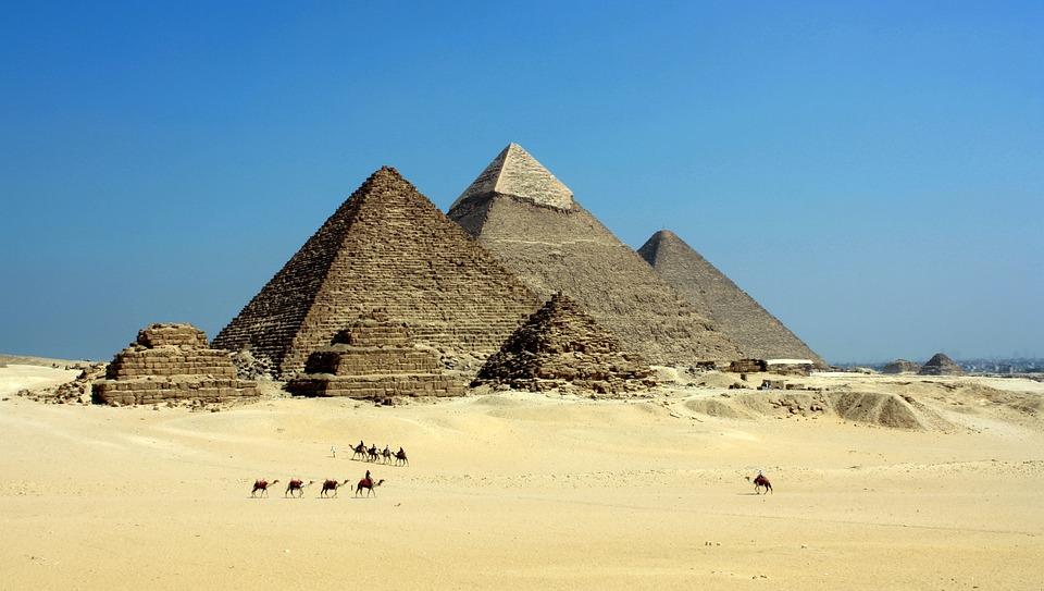 Pyramider som står i ökneni Egypten.
