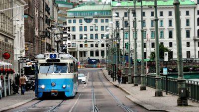 En blå-vit spårvagn åker i Göteborg