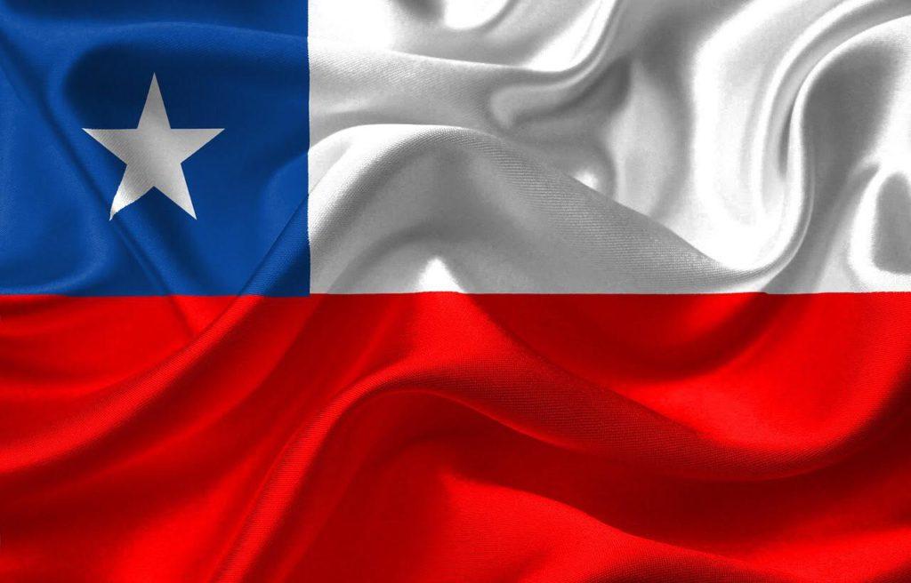 Chiles flagga: högst upp till vänster är ett blått fält. bredvid det ett lite längre vitt fält. Under dessa två fält finns ett rött fät som är lite större. I det blåa fältet finns en vit stjärna.