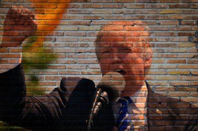 Donald Trump skriker i en mikrofon och höjer näven i luften.