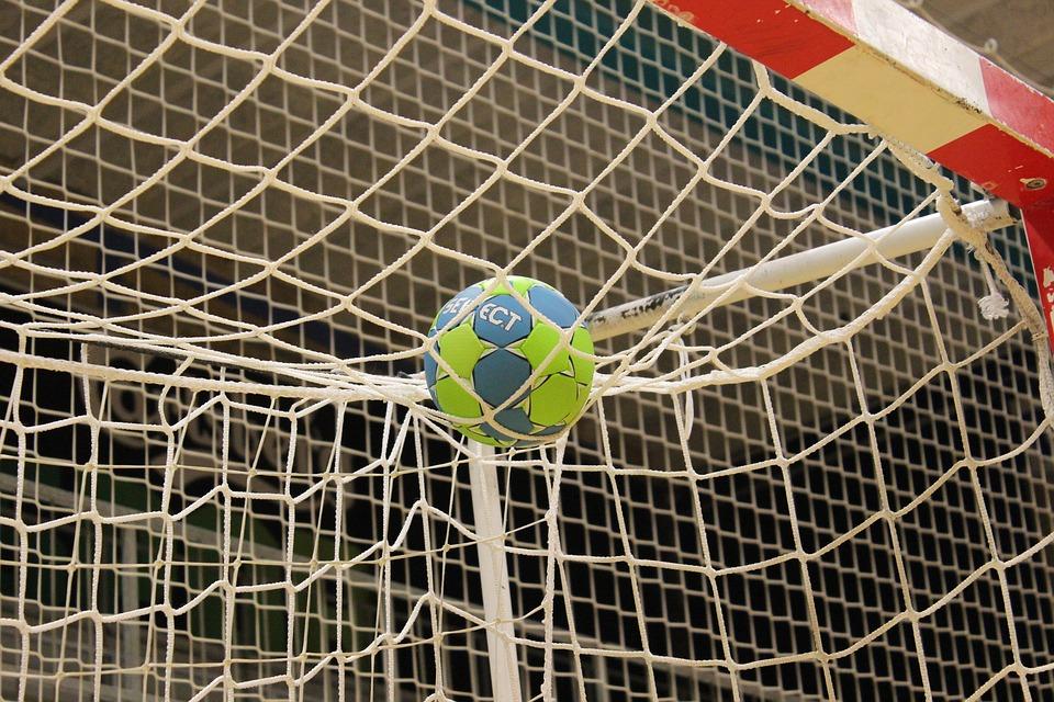 En handboll ligger i ett mål