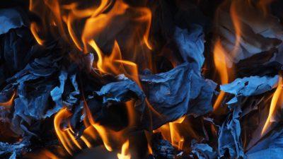 Närbild på papper som brinner.