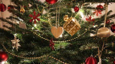 En julgran med röda och guldfärgade dekorationer