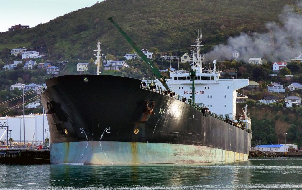 En oljetanker står still I hamnen
