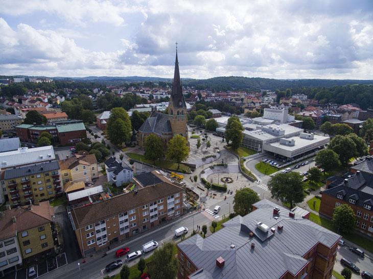En bild av Borås från luften. Det syns många hus och en hög kyrka.