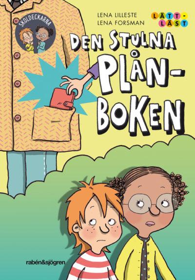 Omslaget på boken. På omslaget syns en kille med rött hår och en tjej med mörkt hår i i tofsar och med glasögon. Det syns också en person med en stor jacka där en hand sträcker sig ner i fickan och tar en plånbok.