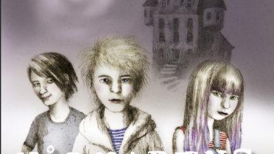 Tre barn står framför ett hotell.