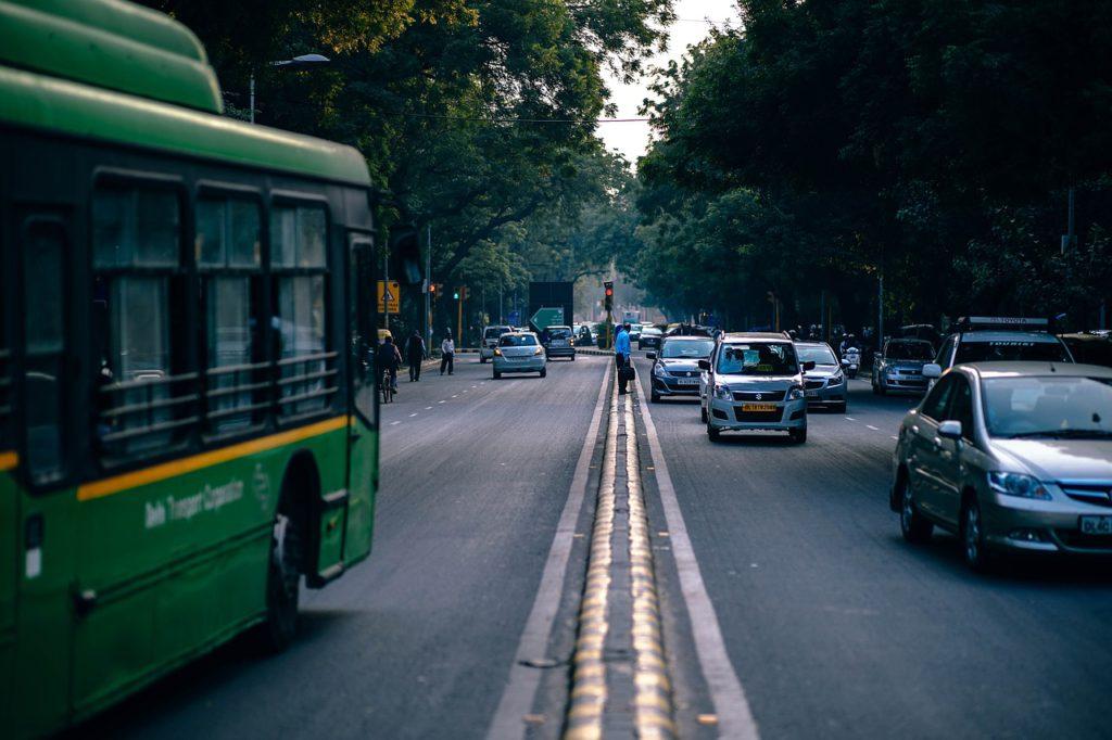 En buss åker på en väg