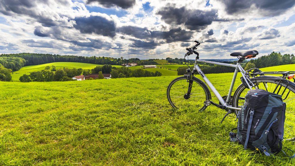 En cykel står parkerad på en äng.