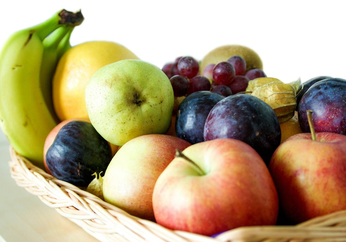 Olika frukter i en korg